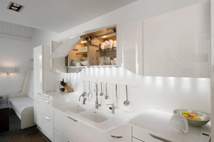 Verbouw monumentale woning:  Keuken door studio architecture