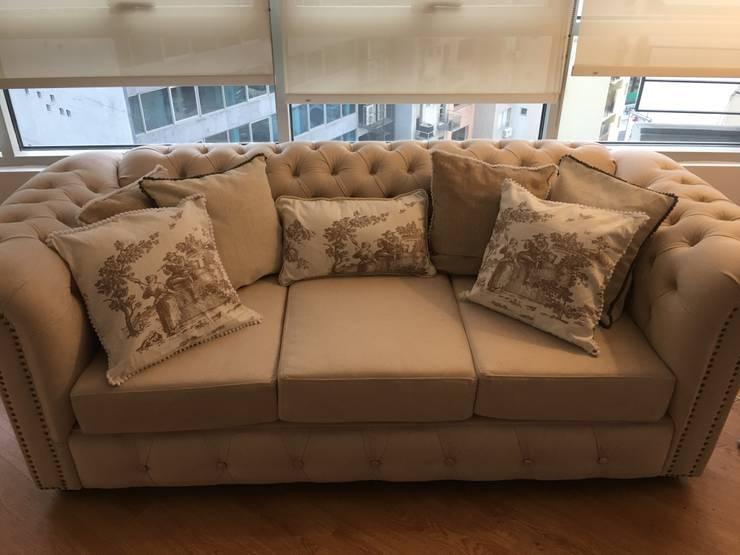 Sofa chester con almohadones : Livings de estilo  por DOMOS DECORACION HOLISTICA