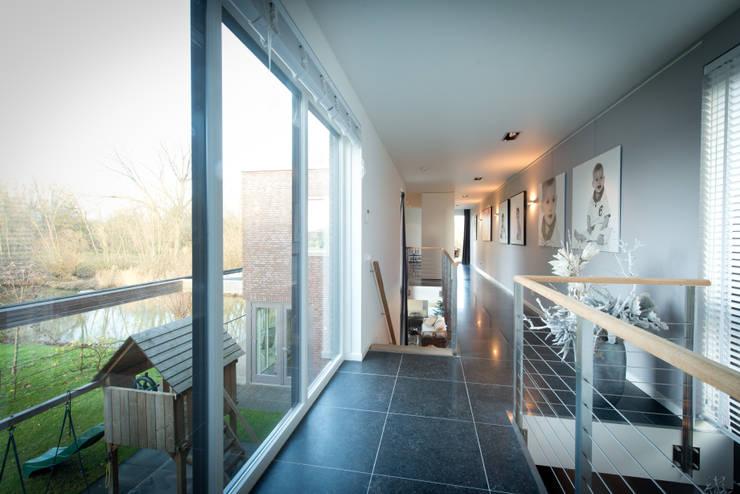 Nieuwbouw vrijstaande woning Dordrecht:  Gang en hal door studio architecture, Modern Leisteen
