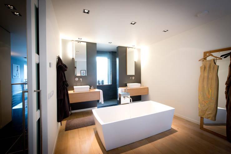 Nieuwbouw vrijstaande woning Dordrecht:  Badkamer door studio architecture