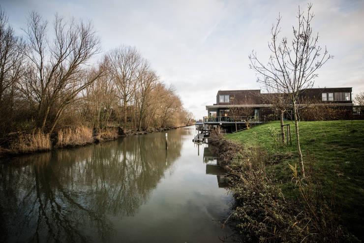 Nieuwbouw vrijstaande woning Dordrecht:  Huizen door studio architecture, Modern Stenen