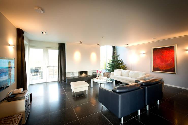 Nieuwbouw vrijstaande woning Dordrecht:  Woonkamer door studio architecture, Modern Tegels