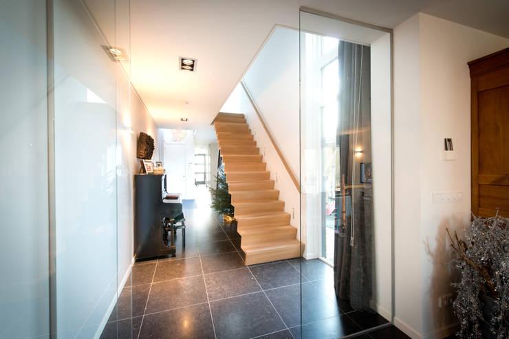 Nieuwbouw vrijstaande woning Dordrecht:  Gang en hal door studio architecture, Modern Tegels