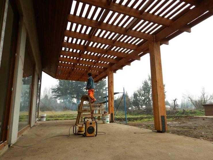 Casa El Huertón: Terrazas  de estilo  por San Cristobal hnos constructora
