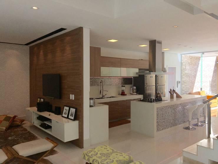 Cocinas de estilo moderno por Collevatti Arquitetura