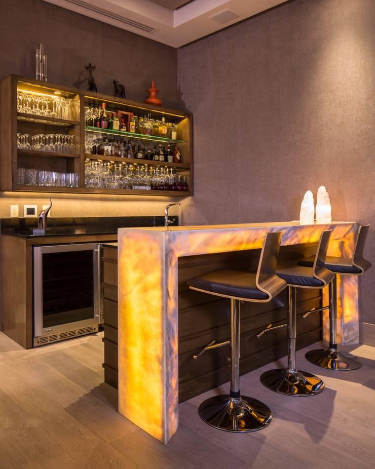 BAR: Cavas de estilo  por Rousseau Arquitectos