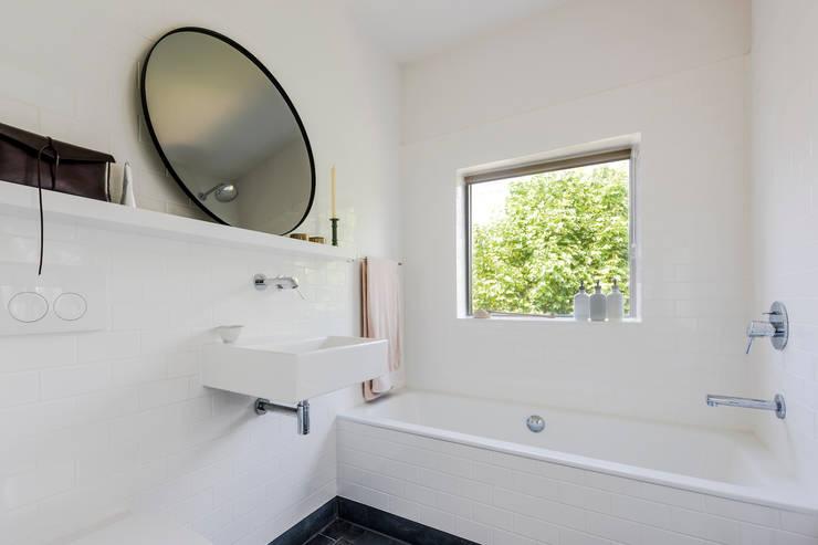 Ванные комнаты в . Автор – Deirdre Renniers Interior Design