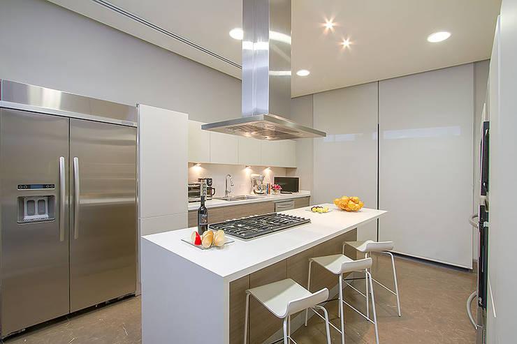 Cocinas de estilo moderno por Rousseau Arquitectos