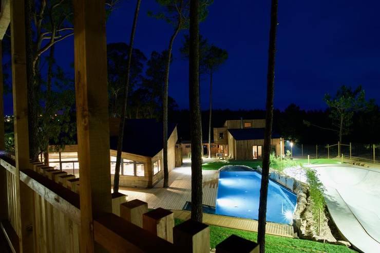 ECO SURF RESORT: Hotéis  por Hartcasa - Gabinete Técnicos de Projectos Hernani Santos,