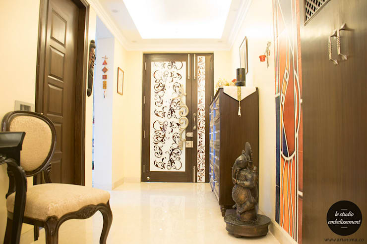 Entrance Foyer:   by La Studio Embellissement