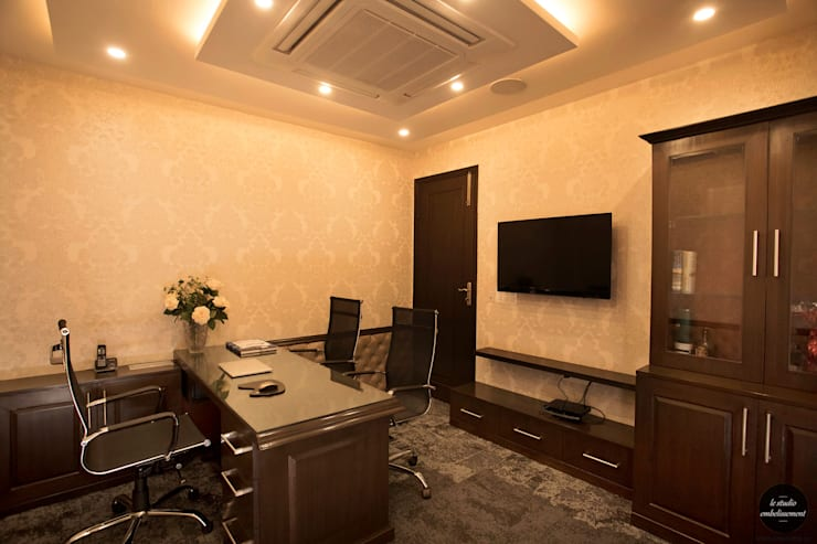 Office area: classic  by La Studio Embellissement,Classic