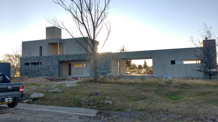 Vivienda GS   Fachada ppal: Casas de estilo  por Arquitecto Nicolás Mora,
