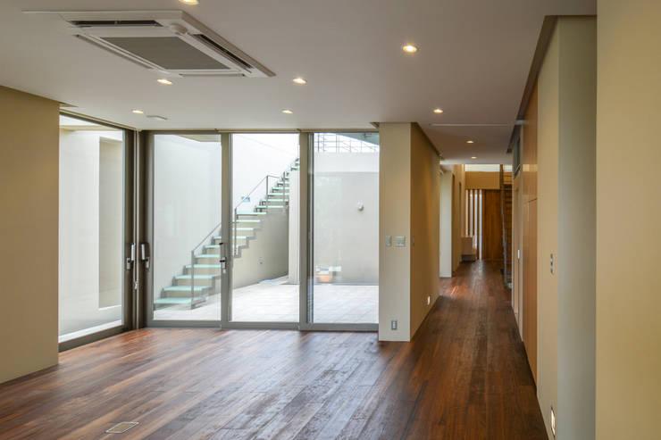伊集院の住宅: アトリエ環 建築設計事務所が手掛けたリビングです。