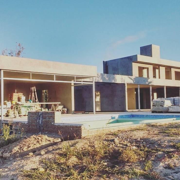 Vivienda GS    fachada posterior: Piletas de estilo  por Arquitecto Nicolás Mora,