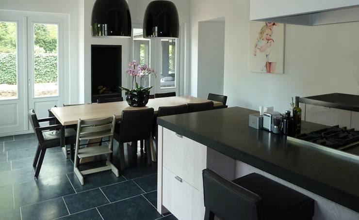 Woonhuis het Gooi:  Keuken door design iD, Landelijk