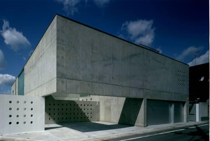 ポーチ・客用駐車場: 株式会社ラウムアソシエイツ一級建築士事務所が手掛けた家です。