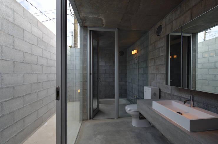 飯牟礼の住宅: アトリエ環 建築設計事務所が手掛けた浴室です。