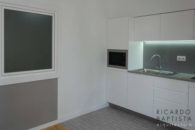 Cozinha (T0 Traseiras - Cinza): Cozinhas  por Ricardo Baptista, Arquitecto