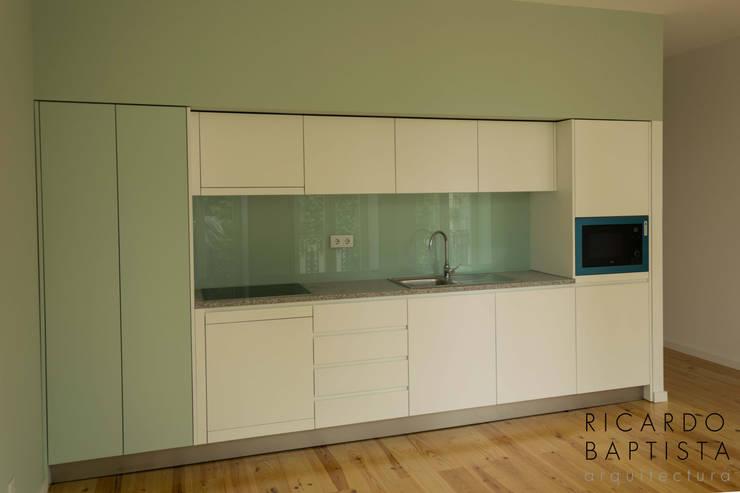Cozinha (T0 Frente - Verde): Cozinhas  por Ricardo Baptista, Arquitecto
