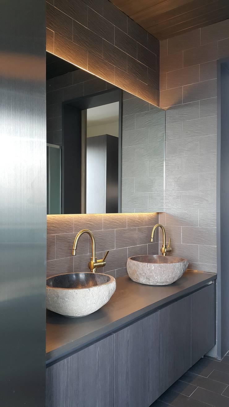 파주 메종 드 유유: Douglas Minkkinen by Modena Design의  욕실