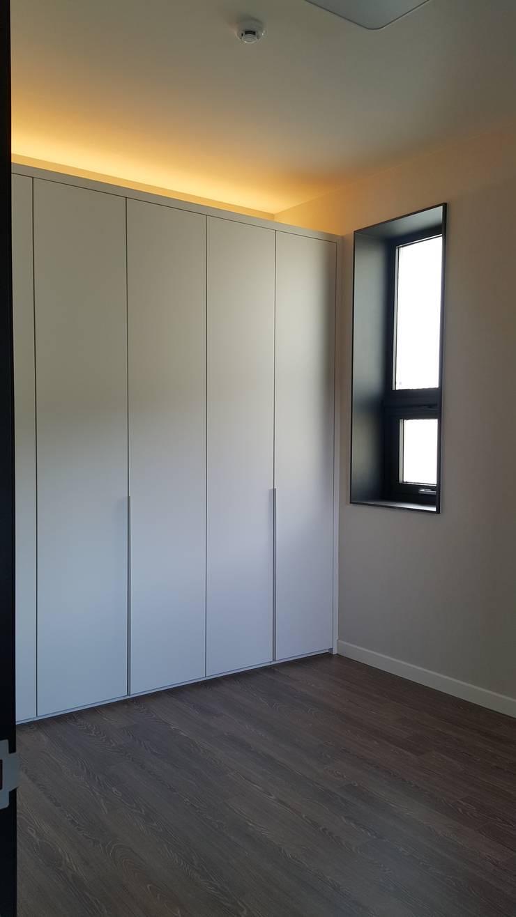 파주 메종 드 유유: Douglas Minkkinen by Modena Design의  방