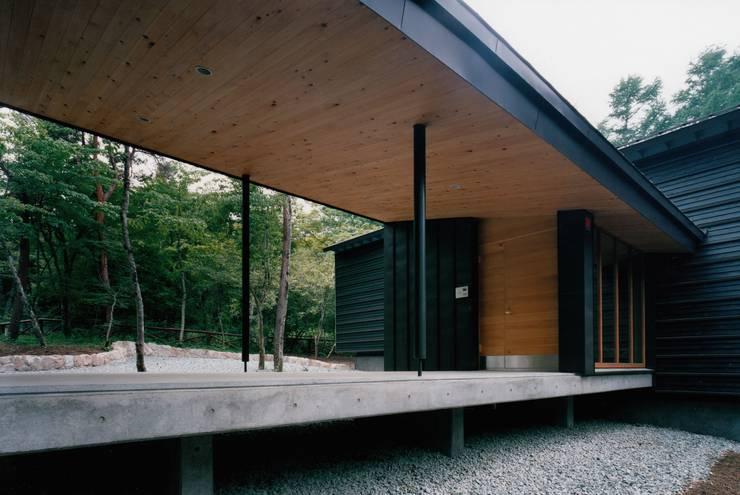 Y山荘: 株式会社ラウムアソシエイツ一級建築士事務所が手掛けた廊下 & 玄関です。