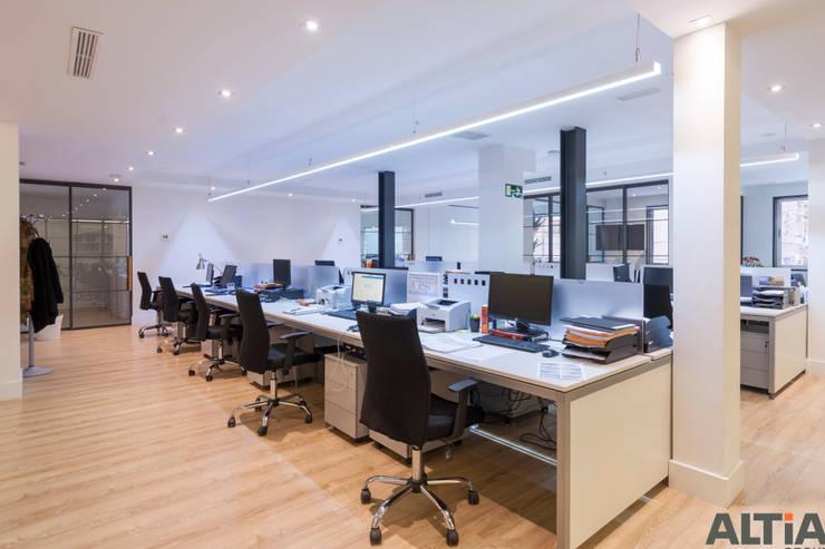 Reforma Integral e Interiorismo Oficina en Barrio Salamanca: Estudios y despachos de estilo  de Reformas Altia