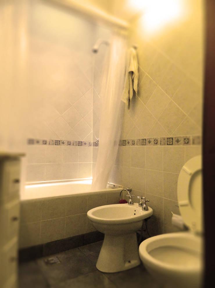 Vivienda en Olivos: Baños de estilo  por TNArquitectura,