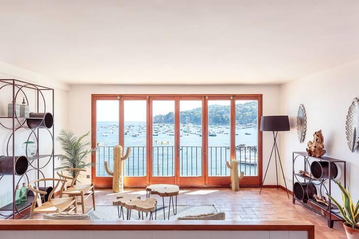 Salón con espectaculares vistas al mar: Salones de estilo  de Markham Stagers