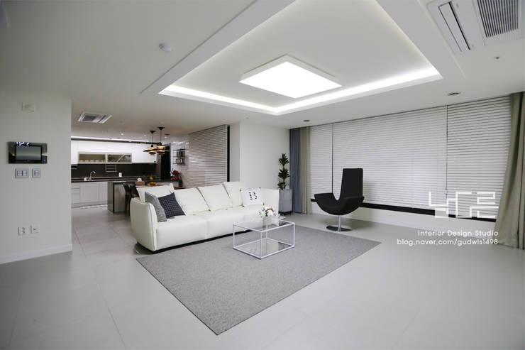 Living room by 남다른디자인