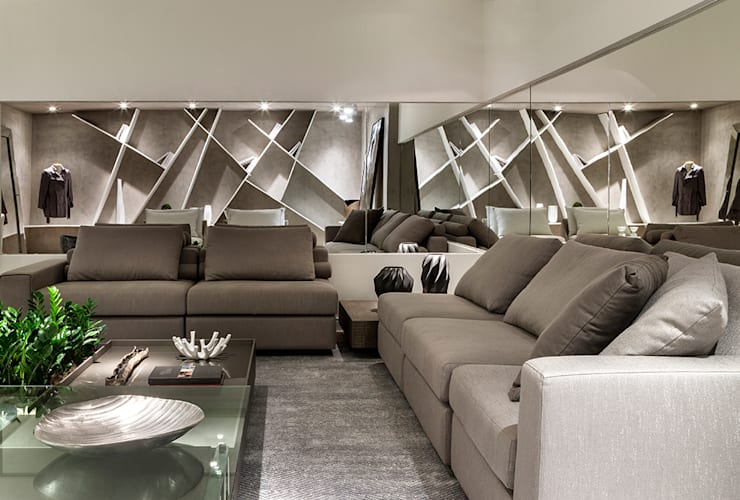 Encontro entre estante e parede de espelho.: Salas de estar  por Rosset Arquitetura