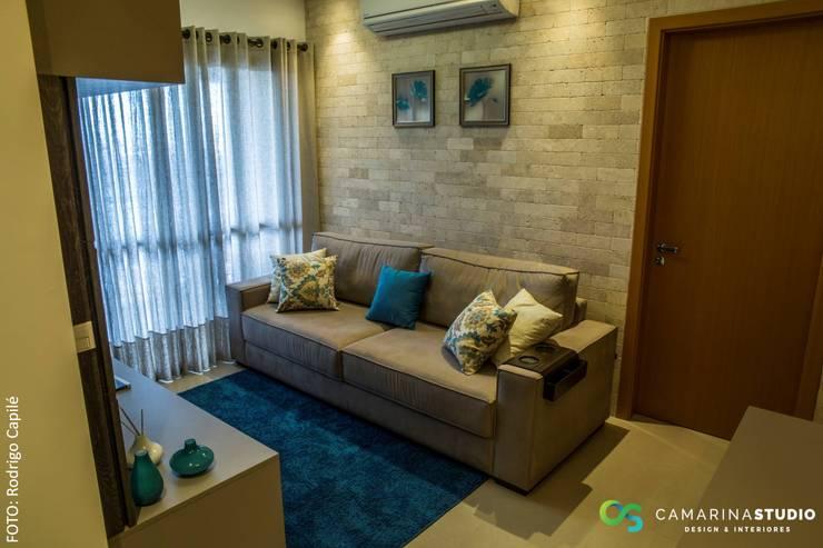 غرفة المعيشة تنفيذ Camarina Studio