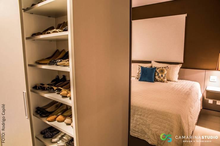 Closets de estilo  por Camarina Studio