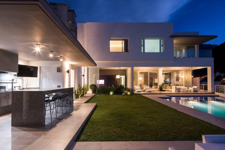 TERRAZA: Terrazas de estilo  por Rousseau Arquitectos
