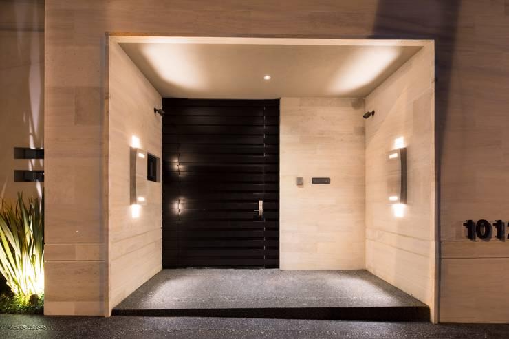 ACCESO: Pasillos y recibidores de estilo  por Rousseau Arquitectos