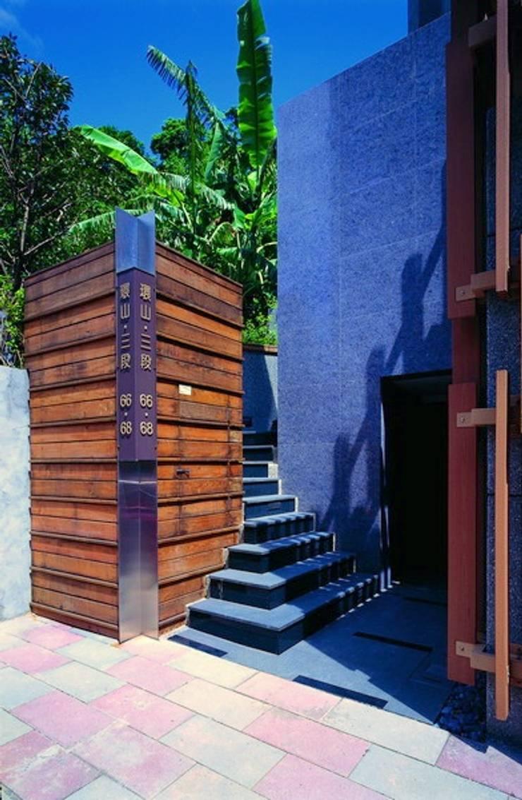 Vestíbulos, pasillos y escaleras de estilo  por 云鼎設計/陳柏壽建築師事務所 ,