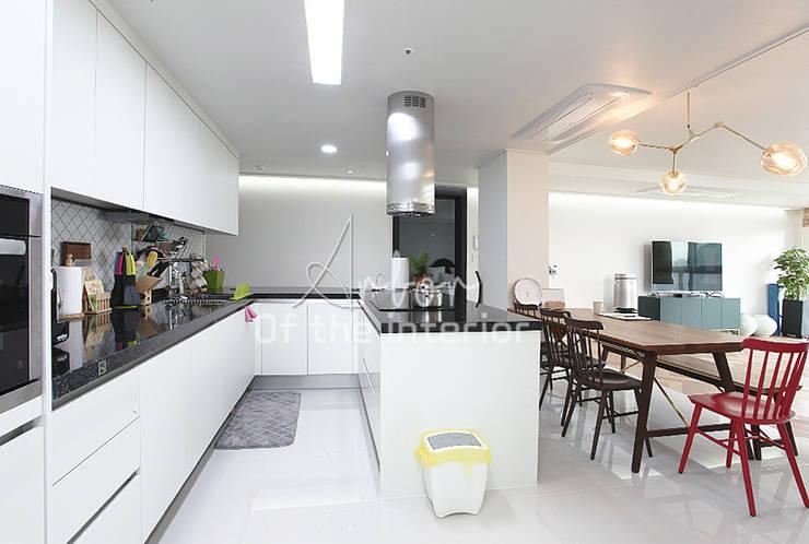 해외 휴양지 호텔같은 여름 인테리어 55평 아파트 실내 홈스타일링: 디자인 아버의  주방,모던