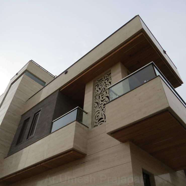 Residence For mr. Mukesh Khandelwal:  Walls by umesh prajapati designs
