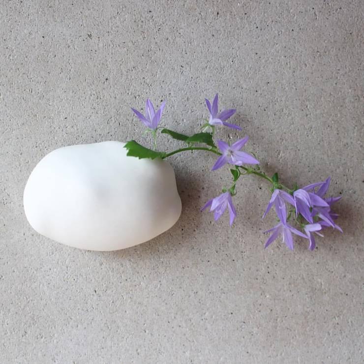 雲の壁掛け花器オブジェ: 陶刻家 由上恒美                                          Ceramic Sculptor  tsunemi yukami  が手掛けたオフィス&店です。