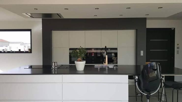 Plusieurs réalisations de cuisines... Cuisine moderne par LSAI Moderne Granite