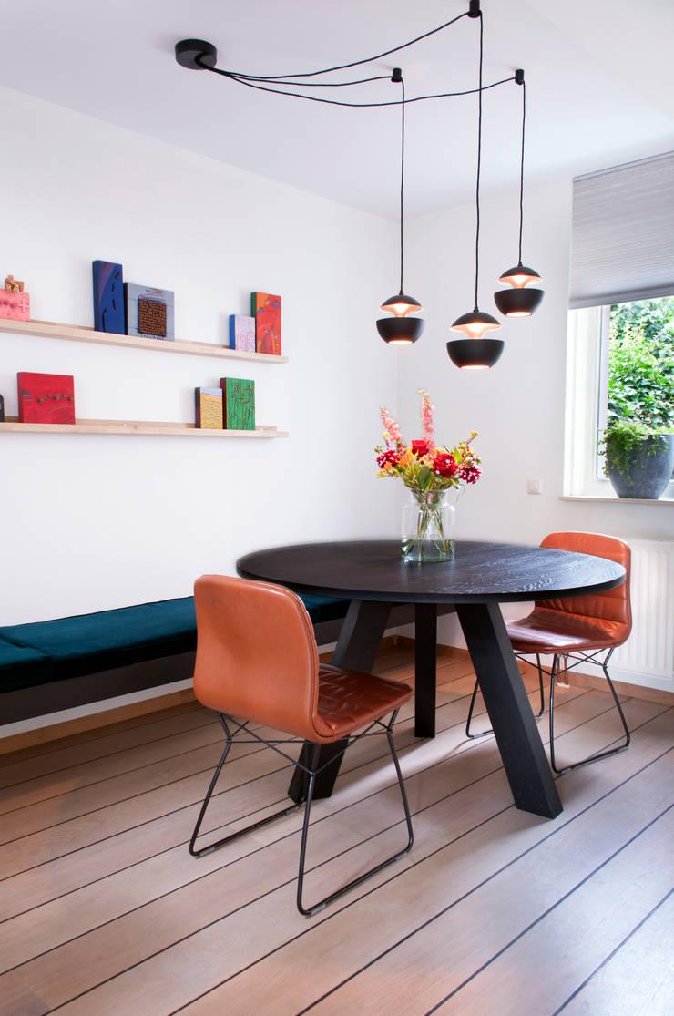 Ronde eettafel in huiskamer:  Woonkamer door IJzersterk interieurontwerp