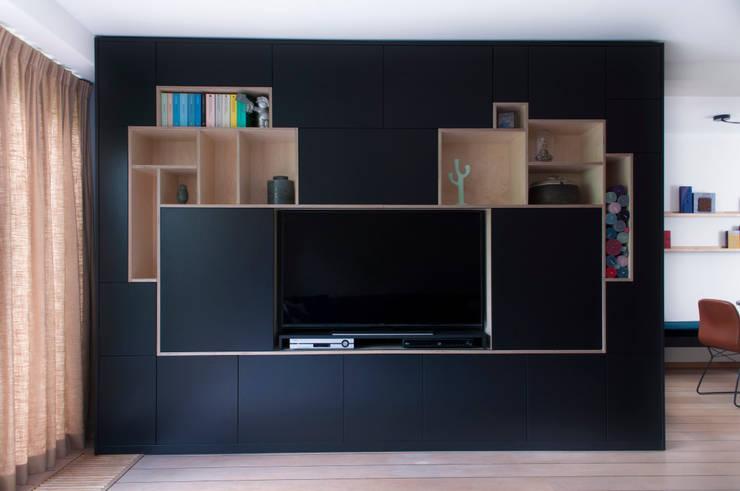 kastenwand met verborgen tv:  Woonkamer door IJzersterk interieurontwerp