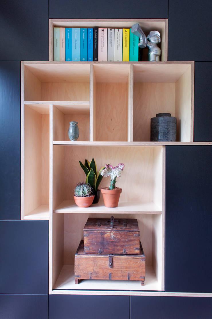 open vakkenkast met verborgen tv:  Woonkamer door IJzersterk interieurontwerp