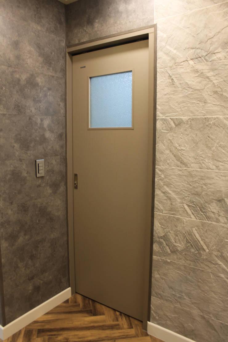 욕실인테리어: 빅터인디자인그룹의  창문,