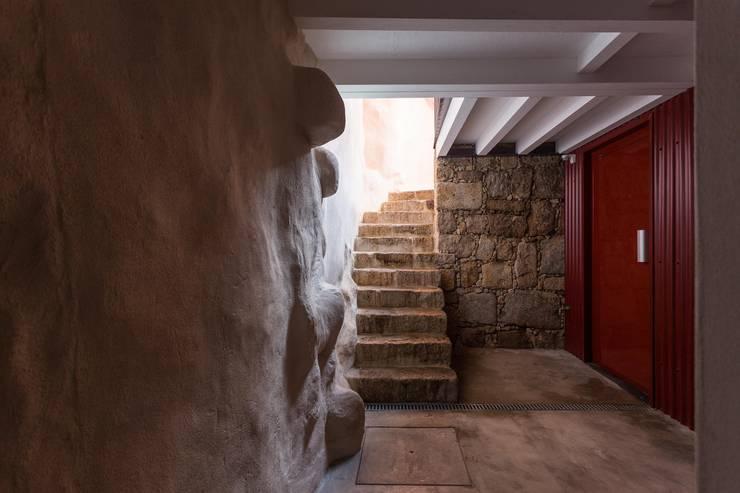 Projekty,  Korytarz, przedpokój zaprojektowane przez Clínica de Arquitectura