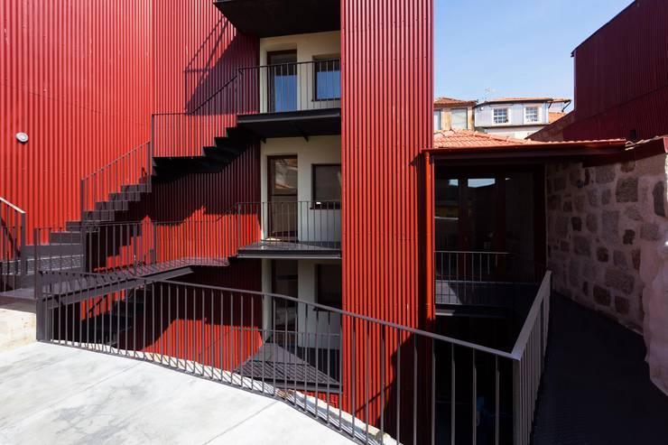 Projekty, minimalistyczne Domy zaprojektowane przez Clínica de Arquitectura