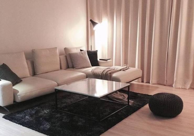 큐브형 블랙스틸 거실 테이블-비앙코카라라-900x900,H400mm: MARBLEHOLIC의  거실,
