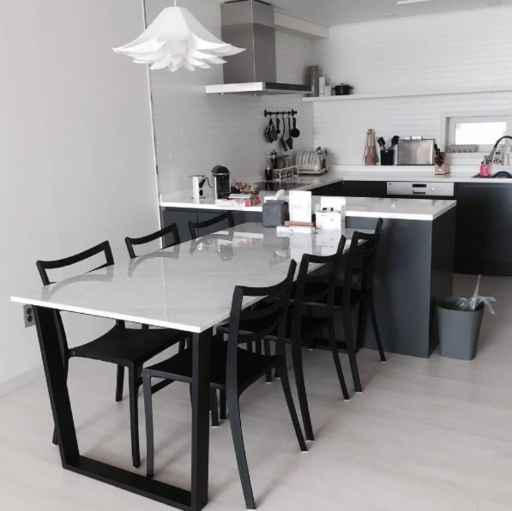 사다리꼴 블랙스틸 테이블-비앙코카라라-900x1800,H750mm: MARBLEHOLIC의  다이닝 룸,