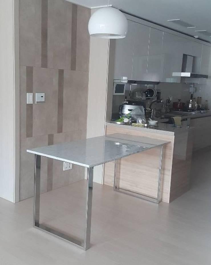 ㅁ형 슬림유광SUS 테이블-비앙코카라라-750x1500,H750mm: MARBLEHOLIC의  다이닝 룸,