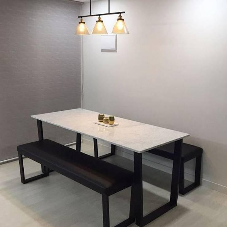 사다리꼴 블랙스틸 테이블-비앙코카라라-750x1800,H750mm: MARBLEHOLIC의  다이닝 룸,